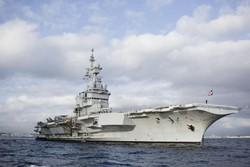 Portaerei Charles de Gaulle al largo del porto di Napoli