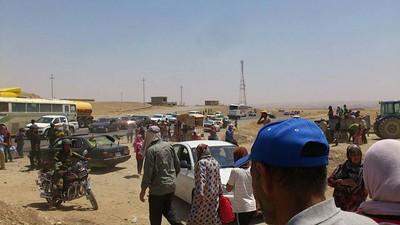 L'ultima ondata di violenza ha costretto alcuni rifugiati siriani ad andare via dai loro campi. Nella foto: evacuazione del campo di Gawilan (Dhouk), 9 agosto.