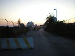 Le impavide cicliste antimilitarizzazione cercano di entrare nella base di Varcaturo, si vedono le installazioni radar