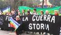 Striscione delle Donne in Nero e bandiera della Pace