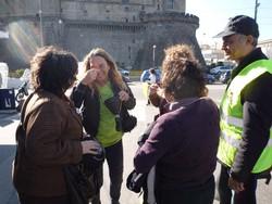 """Attivisti del """"Comitato Pace, Disarmo e Smilitarizzazione del Territorio - Campania"""" nel porto di Napoli con tute bianche e maschere antigas"""