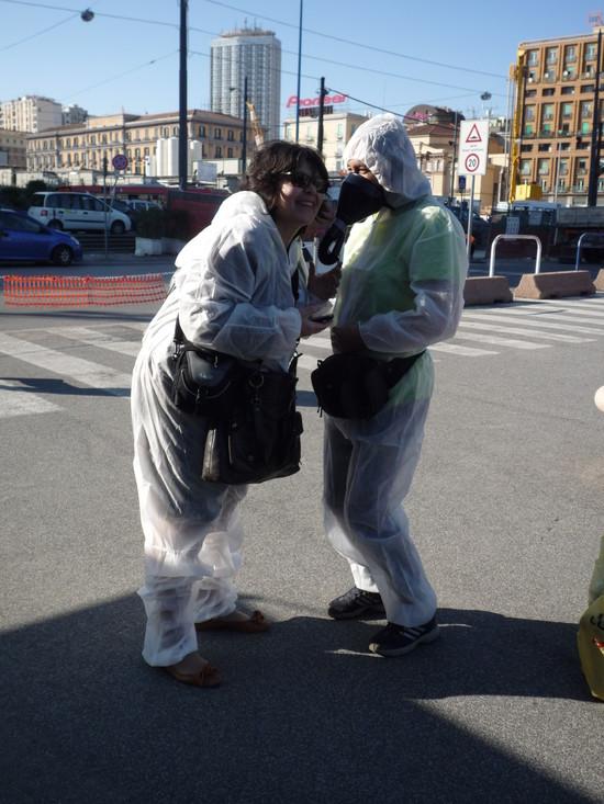 """Attivisti del """"Comitato Pace, Disarmo e Smilitarizzazione del Territorio - Campania"""" al porto di Napoli con tute bianche e maschere antigas"""