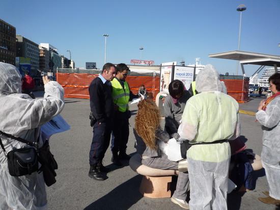 """Attivisti del """"Comitato Pace, Disarmo e Smilitarizzazione del Territorio - Campania"""" al porto di Napoli: alcune guardie giurate vengono ad eseguire un controllo"""