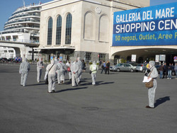 """Attivisti del """"Comitato Pace, Disarmo e Smilitarizzazione del Territorio - Campania"""" al porto di Napoli con tute bianche e maschere antigas si avviano verso il centro commerciale """"La galleria del mare"""""""