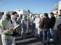 """Attivisti del """"Comitato Pace, Disarmo e Smilitarizzazione del Territorio - Campania"""" al porto di Napoli con tute bianche e maschere antigas: controlli della Digos"""